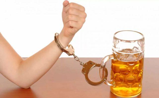 Почему после алкоголя хочется пить и можно ли с похмелья употреблять воду?