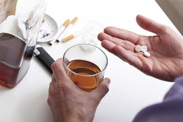 Мелаксен и алкоголь – можно ли принимать препарат одновременно с выпивкой?