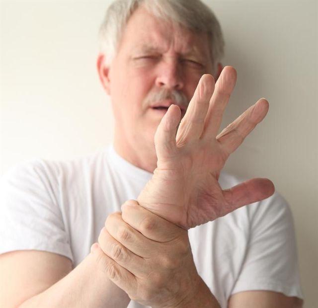 Тремор рук с похмелья: почему трясутся и что делать?