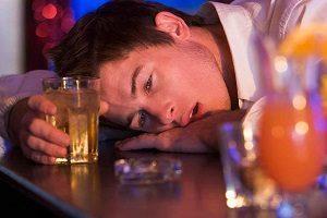 Икота после алкоголя – почему человек икает, когда пьет?