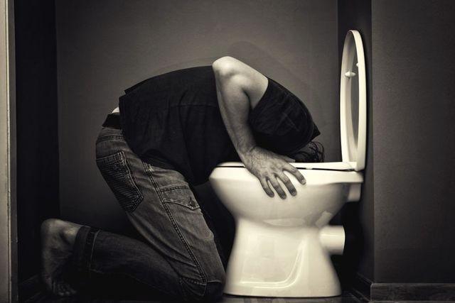 Как избавиться от тошноты с похмелья в домашних условиях?