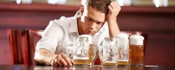 Как вылечить запойного алкоголика в стационарных или домашних условиях?